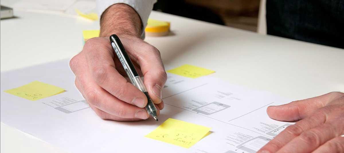 Designer entwirft Strategie für Vermarktung und Kommunikation für digitale Produkte